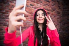 Bella donna felice che fa la foto del selfie Fotografie Stock Libere da Diritti