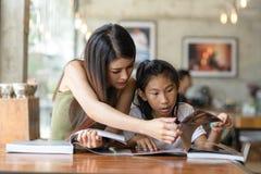 Bella donna felice che legge un libro con sua sorella, stile di vita Fotografia Stock