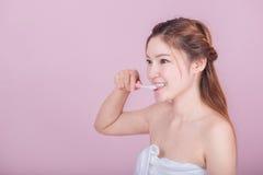 Bella donna felice che pulisce i suoi denti Immagine Stock Libera da Diritti