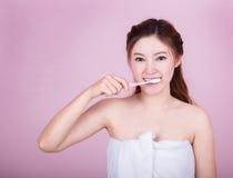 Bella donna felice che pulisce i suoi denti Fotografie Stock
