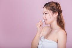 Bella donna felice che pulisce i suoi denti Fotografia Stock
