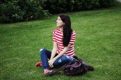 Bella donna felice che si siede sull'estate verde del campo Fotografia Stock Libera da Diritti