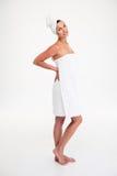 Bella donna felice che sta con l'asciugamano fotografia stock