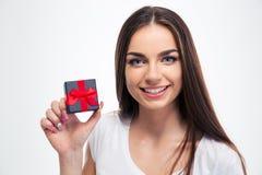 Bella donna felice che tiene il piccolo contenitore di regalo Fotografia Stock Libera da Diritti