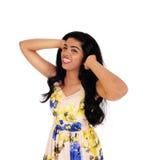 Bella donna felice con capelli neri lunghi fotografia stock libera da diritti
