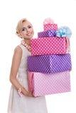 Bella donna felice con i contenitori di regalo variopinti immagine stock
