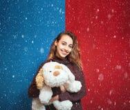 Bella donna felice con un cane di piccola taglia Fotografia Stock