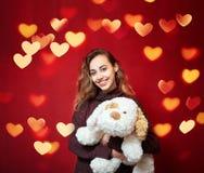 Bella donna felice con un cane di piccola taglia Fotografie Stock Libere da Diritti