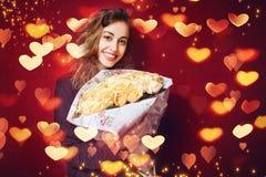 Bella donna felice con un mazzo delle rose Fotografia Stock