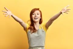 Bella donna felice emozionante a braccia aperte per l'abbraccio che esamina la macchina fotografica fotografia stock