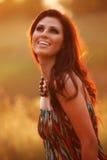 Bella donna felice in un giacimento di fiore Immagini Stock
