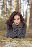 Bella donna in foresta muscosa Immagini Stock Libere da Diritti