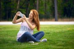 Bella donna fotografata nel parco fotografia stock libera da diritti