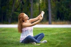 Bella donna fotografata nel parco immagine stock libera da diritti