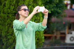 Bella donna fotografata nel parco immagine stock