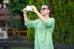 Bella donna fotografata nel parco fotografia stock