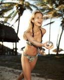 Bella donna fra la palma con la sfera del petang Fotografie Stock Libere da Diritti