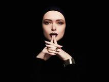Bella donna, gioielli dell'oro il fronte gradisce una maschera Fotografie Stock