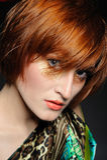 Bella donna heaired rossa con l'acconciatura di modo Fotografie Stock Libere da Diritti