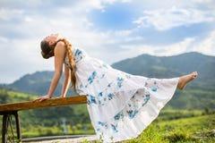 Bella donna incinta che meditating sulla natura Immagini Stock
