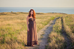 Bella donna incinta che si rilassa fuori Fotografia Stock