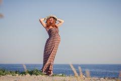 Bella donna incinta che si rilassa vicino al mare Fotografie Stock Libere da Diritti