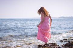 Bella donna incinta che si rilassa vicino al mare Immagini Stock