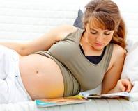 Bella donna incinta che si trova con lo scomparto Immagine Stock