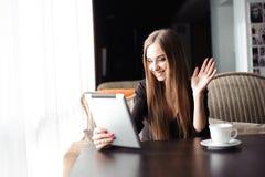 Bella donna incinta che utilizza compressa digitale alla tavola nel caffè immagine stock libera da diritti