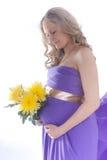 Bella donna incinta con i fiori Immagine Stock