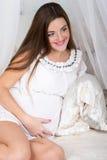 Bella donna incinta sorridente felice Immagini Stock