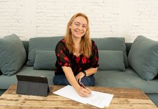 Bella donna indipendente sicura felice che lavora a casa con la compressa sulla sua nuova società online fotografia stock libera da diritti