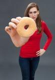 Bella donna infelice che incolpa del simbolo di alimenti industriali non sani Fotografie Stock