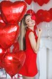 Bella donna intelligente con i palloni rossi il giorno del ` s del biglietto di S. Valentino Fotografia Stock Libera da Diritti