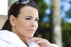 Bella donna ispanica in accappatoio alla stazione termale di salute Fotografia Stock