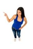 Bella donna ispanica che indica lo spazio della copia che presenta prodotto Fotografia Stock