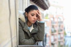 Bella donna ispanica disperata triste nella depressione di sofferenza del cappotto di inverno Immagine Stock Libera da Diritti