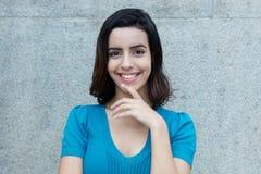 Bella donna ispanica sorridente che esamina macchina fotografica Fotografia Stock Libera da Diritti