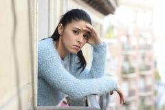 Bella donna ispanica triste e disperata che soffre premuroso di depressione frustrato immagini stock libere da diritti