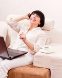Bella donna matura che comunica sul telefono. Fotografia Stock