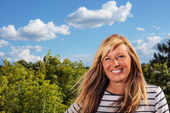 Bella donna matura che posa al sole Fotografia Stock