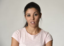 Bella donna messicana arrogante e lunatica che mostra espressione facciale negativa di disprezzo e di sensibilità Fotografia Stock Libera da Diritti