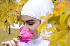 Bella donna musulmana con hijab Fotografia Stock