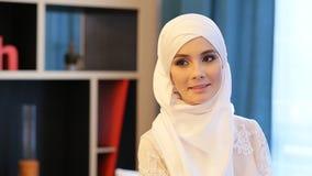 Bella donna musulmana in un vestito da sposa bianco video d archivio