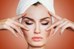 Bella donna naturale della ragazza dopo le procedure cosmetiche cosmetology Fotografie Stock