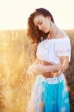 Bella donna nel campo al tramonto Fotografia Stock Libera da Diritti