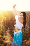 Bella donna nel campo al tramonto Immagini Stock Libere da Diritti