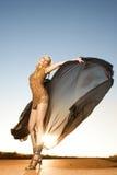 Bella donna nel dancing dell'oro Fotografia Stock