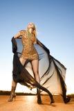 Bella donna nel dancing dell'oro Immagine Stock