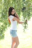 Bella donna nel giardino fotografie stock
